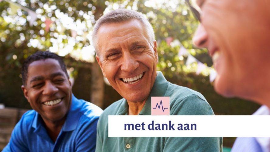 Drie mannen van oudere leeftijd kijken elkaar lachend aan