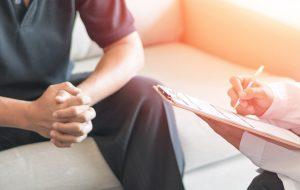 Man op bezoek bij dokter voor prostaatkankeronderzoek