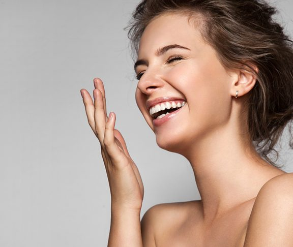 Lachende jonge vrouw