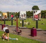 Museumplein in Amsterdam met de foto's van Marjolein Annegarn over de stigma's rond hiv.