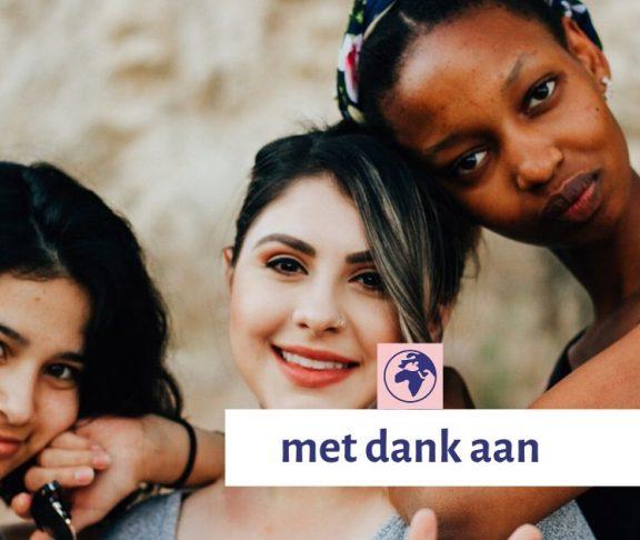 Drie jonge vrouwen kijken in de camera