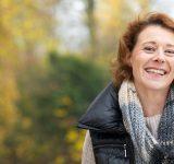Iets oudere glimlachende vrouw