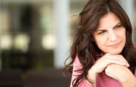 Vrouw kijkt met bedenkelijke blik