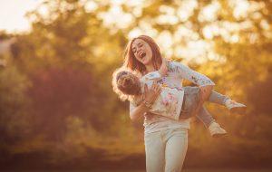 Blije jonge vrouw die geen last heeft van stressincontinentie