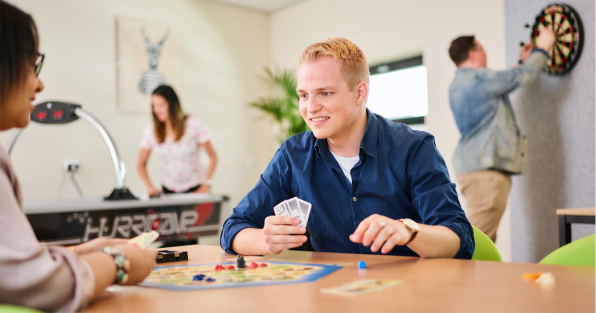 Deelnemers van een klinisch onderzoek spelen een gezelschapsspel,