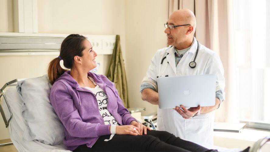 Onderzoeker praat met deelnemer van een klinisch onderzoek.