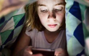 Kind kijkt naar telefoonscherm