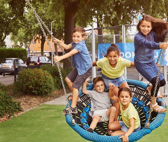 Kinderen op een speelplein