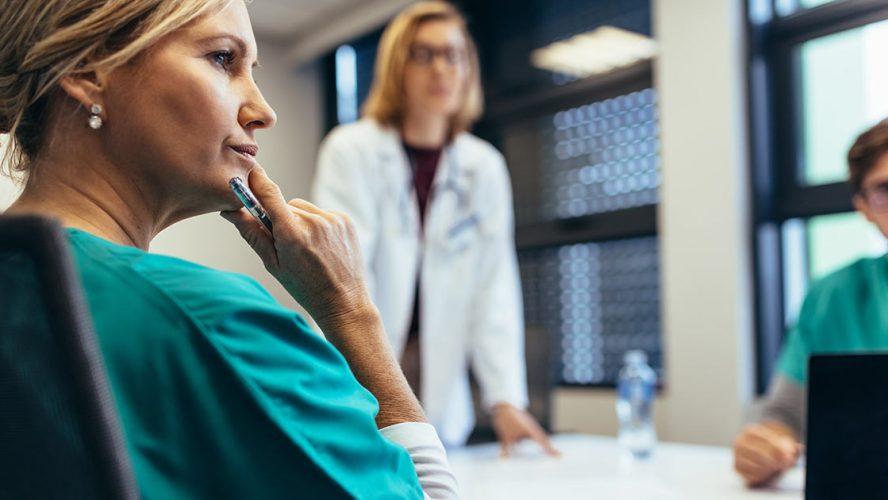 Arts luistert naar verhaal van patiënt