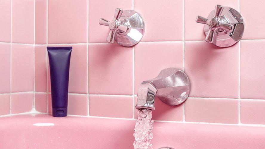 Beeld van badkamer met roze tegels