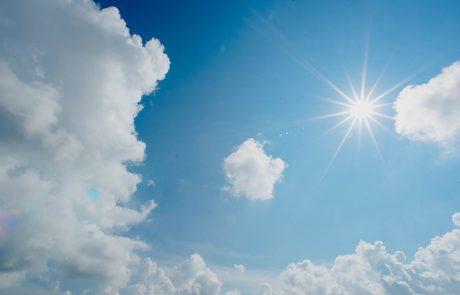 Heldere zon aan halfbewolkte hemel