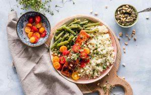 Bovenaanzicht van bord met gezond voedsel
