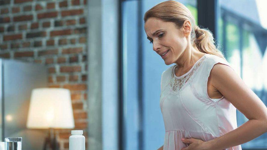 Vrouw heeft last van prikkelbare darm syndroom