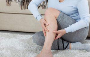 Vrouw pijn aan gewrichten in haar been