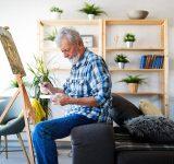 Man middelbare leeftijd aan het schilderen