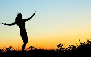 Vrouw bij zonsondergang