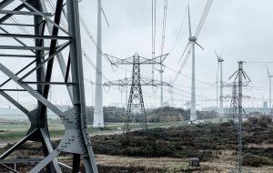 Beeld van hoogspanningskabels en windmolens