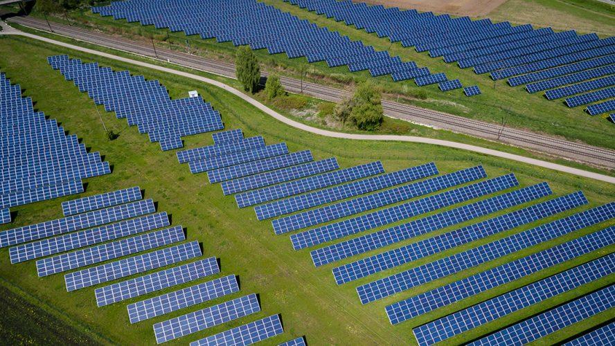 Luchtfoto van landschap met zonnepanelen