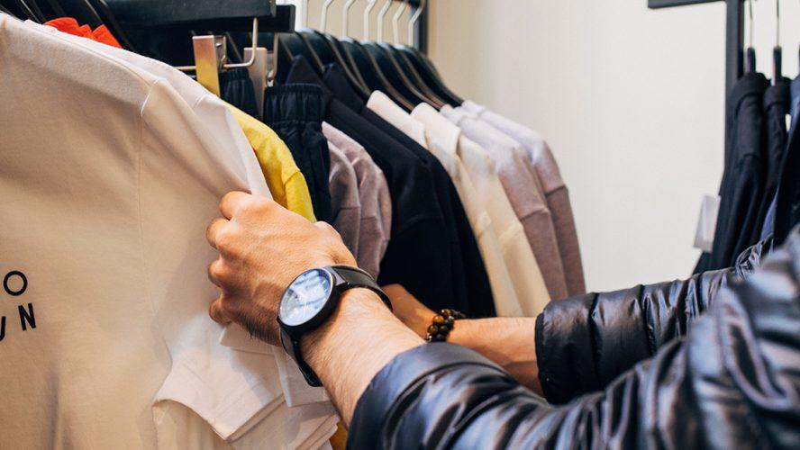 Persoon in kledingwinkel
