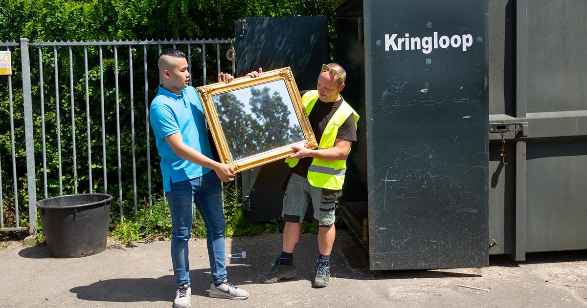 Twee mannen houden oude spiegel vast