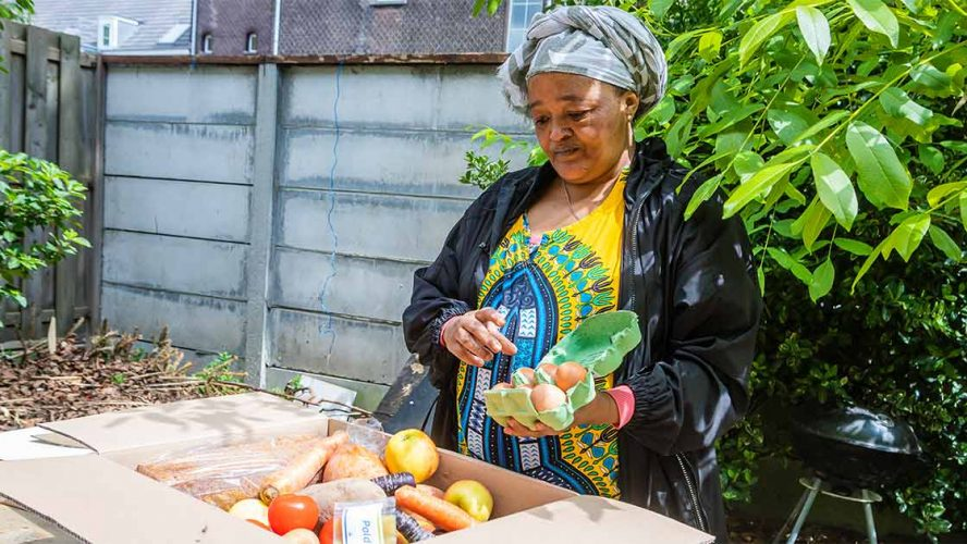 Migrant met voedselpakket