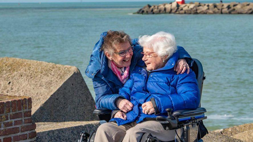 Magda samen met haar dochter Dineke aan het strand.
