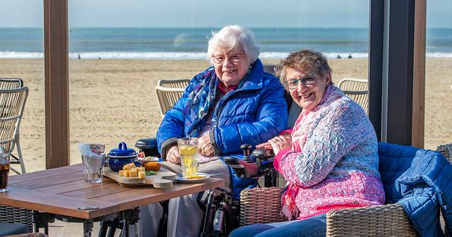 Magda en Dineke op een terrasje