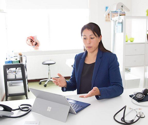 Vrouw in dokterskamer