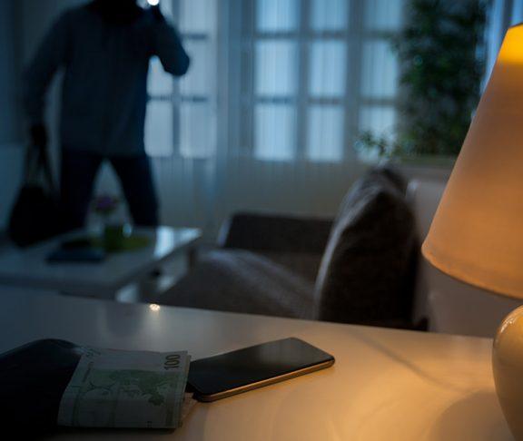 Inbreker in donkere woonkamer