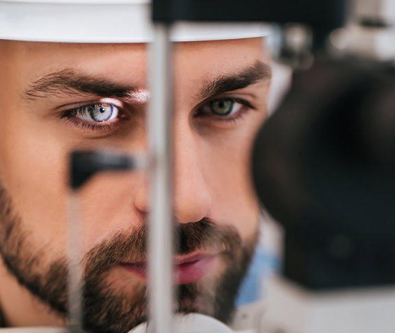 Man ondergaat oogonderzoek om een eventuele oogaandoening vast te stellen.