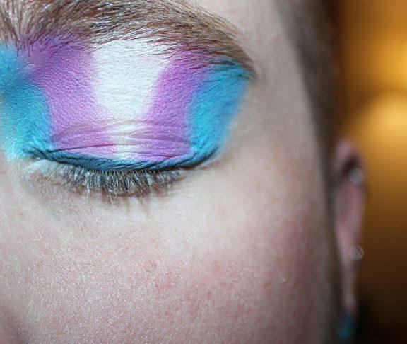Close-up persoon met gesloten ogen en make-up op oogleden