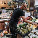 Man doet aankopen in supermarkt